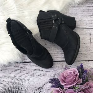 B.O.C. Black Heeled Leather Ankle Booties 00708